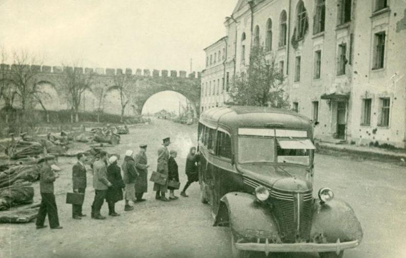 Автобус в освобожденном городе. 1944 г.