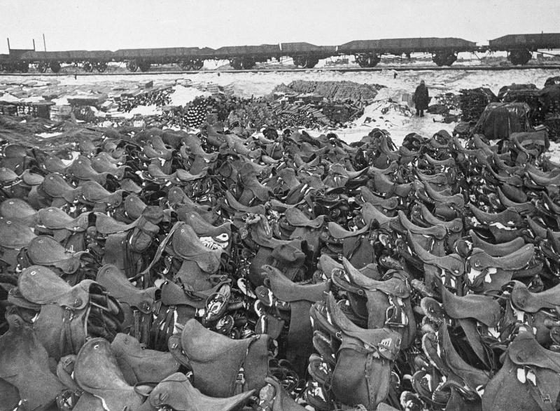 Румынские кавалерийские седла от съеденных лошадей. Март 1943 г.