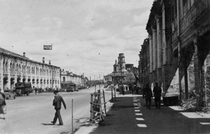 Торговые ряды (слева) и храм в оккупированном Орле. Июнь 1943 г.