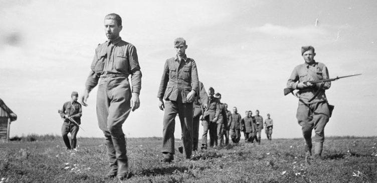 Красноармейцы ведут пленных немецких солдат в районе Воронежа. 1942 г.