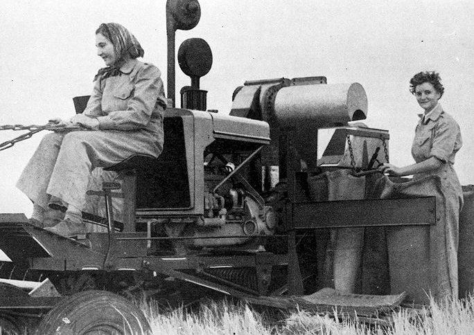 Женщины-члены австралийской сухопутной армии (AWLA) на сельхозработах. 1942 г.