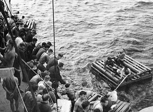 Австралийский эсминец Низам спасает выживших с греческого торгового корабля. Южная Америка, Кейптаун, 1942 г.