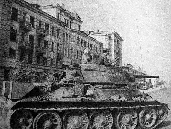 Танки 17-й гвардейской танковой бригады на Московской улице. 5 августа 1943 г.