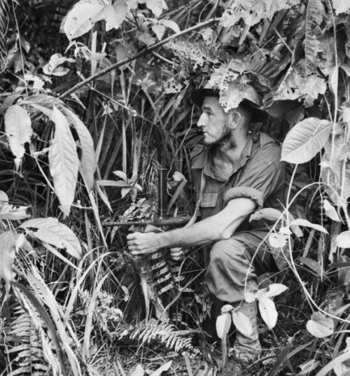 Австралийский солдат с оружием в руках в Санананде. Папуа,1942 г.