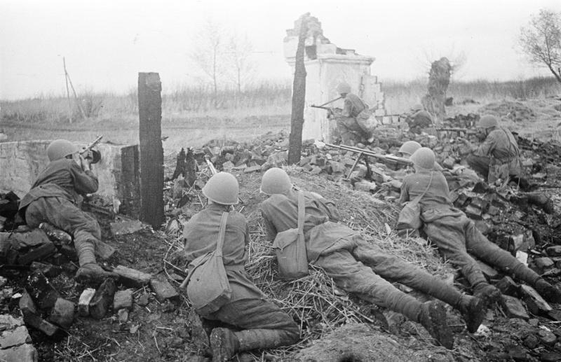 Бронебойщики на боевой позиции на южной окраине Воронежа. 1942 г.
