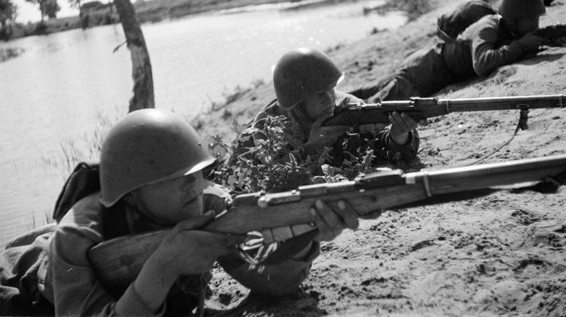 Красноармейцы занимают огневую позицию после переправы через реку южнее Воронежа. 1942 г.