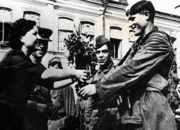 Красная Армия в освобожденном городе. Август 1943 г.