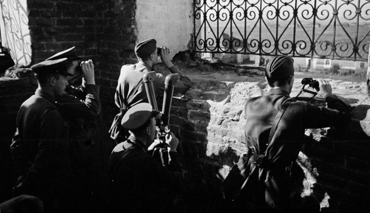 Советские артиллеристы на наблюдательном пункте в районе Воронежа. 1942 г.