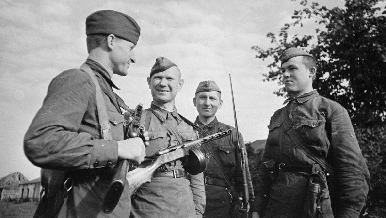 Артиллеристы из расчета советской 203-мм гаубицы Б-4 в районе Воронежа. 1942 г.