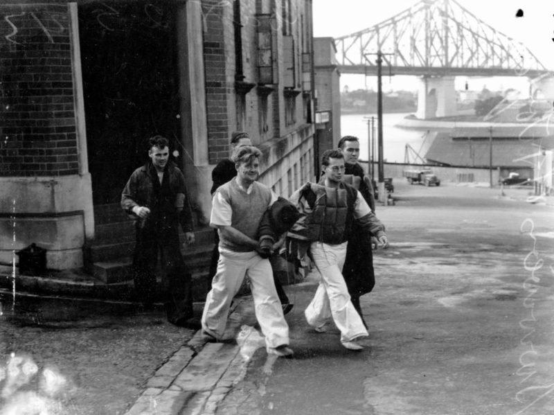 Австралийцы, оставшиеся в живых с корабля, торпедированного японцами у побережья Квинсленда. Брисбен, май 1943 г.