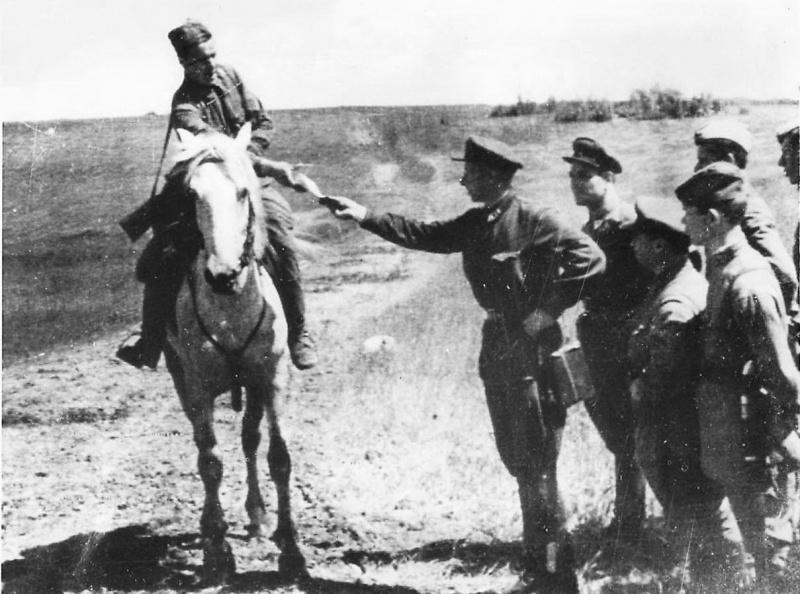 Конный красноармеец-посыльный передает донесение в районе Воронежа. 1942 г.