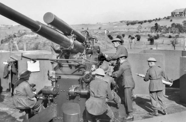 Расчет зенитного орудия в Сиднее. Май 1943 г.