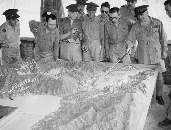 Генерал Блейми информирует журналистов об операциях вокруг Лаэ. 13 сентября 1943 г.