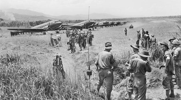 Австралийцы высаживаются с самолета Дакота в Кайапите. 20 сентября 1943 г.
