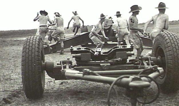 Расчет полевого орудия в Брисбенской крепости. 11 ноября 1943 г.