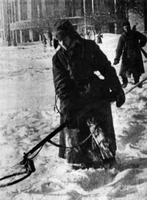 Советские саперы очищают Воронеж. Январь 1943 г.