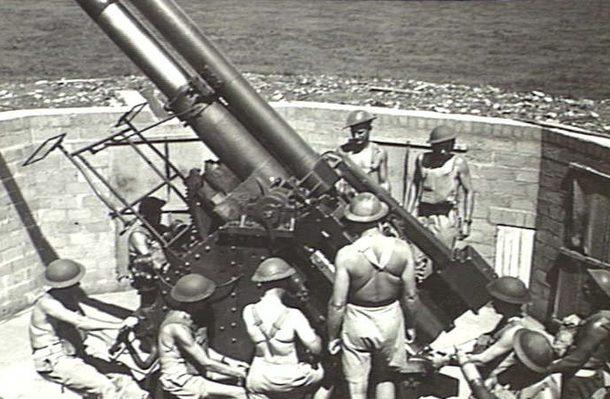Расчет зенитного орудия форта Литтон. 11 ноября 1943 г.
