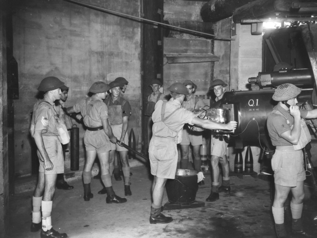 Расчет крепостного орудия в Брисбенской крепости. 13 ноября 1943 г.