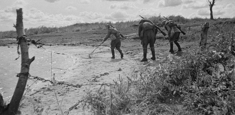 Советские саперы разминируют берег реки. 1943 г.