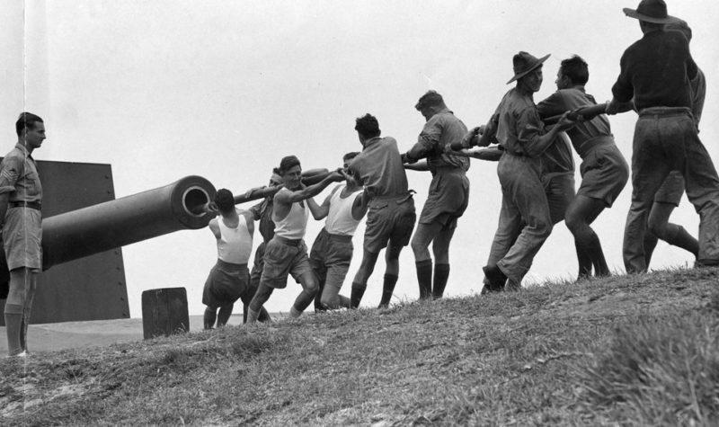 Чистка орудия в Брисбенской крепости. Ноябрь 1943 г.