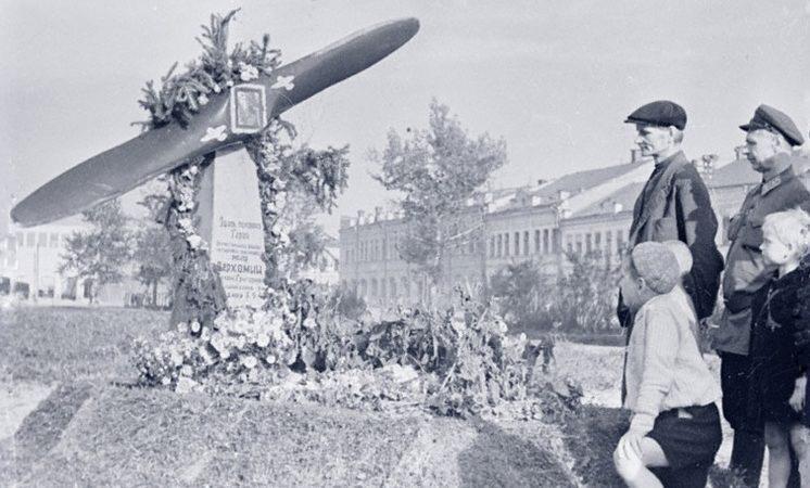Жители Орла у могилы четырежды орденоносца Верхомия Т.Г., павшего в боях за освобождение города от немецких оккупантов. 1943 г.