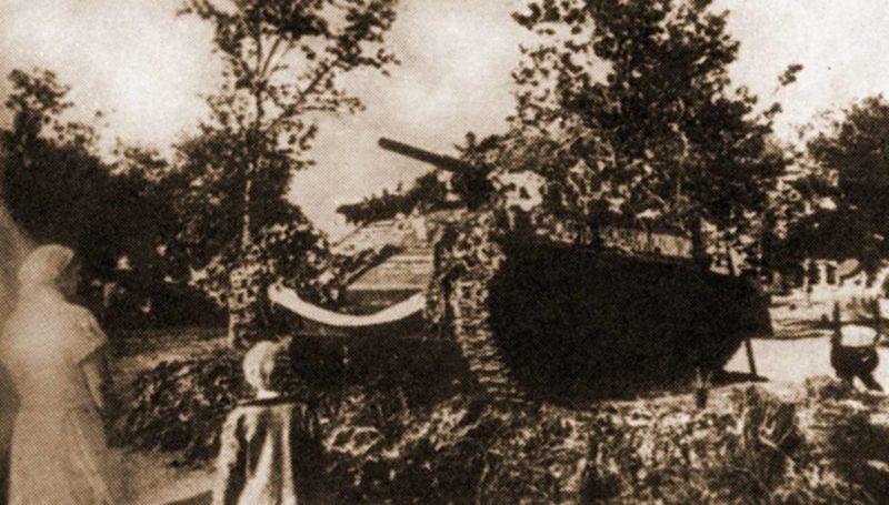 Танк Т-70, установленный на братской могиле танкистов, погибших при освобождении Орла. 1943 г.