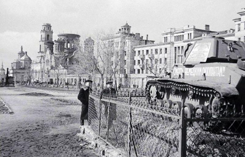 Памятник героям-танкистам на площади Мира. 1945 г.