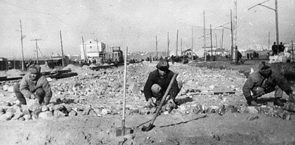 Восстановление трамвайного пути. Март 1943 г.