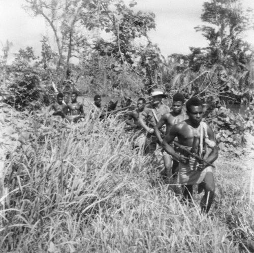 Австралийские пехотинцы с туземными проводниками. Новая Гвинея. Январь 1944 г.