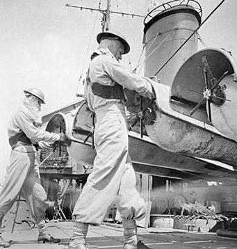 Подготовка торпедных аппаратов на эсминце «Арунта» в Бухте Танахмера. Голландская Новая Гвинея, 22 апреля 1944 г.