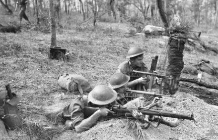 Тренировка пехотинцев в районе Уотсонвилль в Северном Квинсленде. Апрель 1944 г.