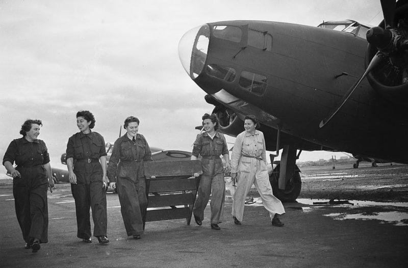 Женщины-техники женской вспомогательной авиации (WAAAF) на аэродроме Талисман. 4 июля 1944 г.