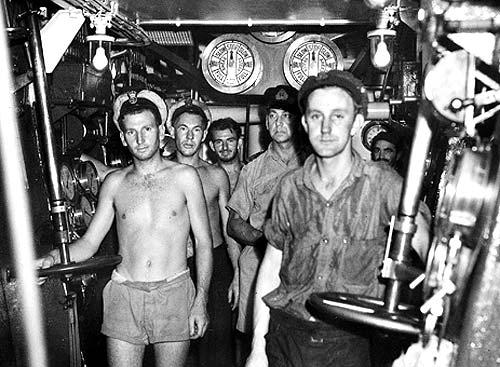 Моряки в машинном отделении фрегата «Barcoo» у побережья Новой Британии. Ноябрь 1944 г.