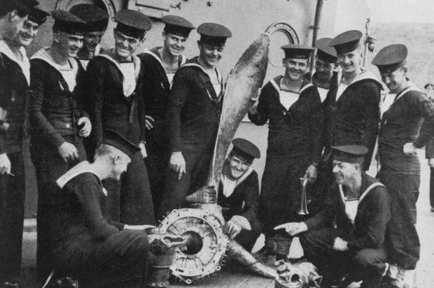 Экипаж линкора Австралия, с пропеллером из самолета-камикадзе в Заливе-Лингаене. Январь 1945 г.