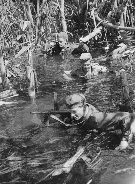 Солдаты 42-го батальона преодолевают болото. Январь 1945 г.