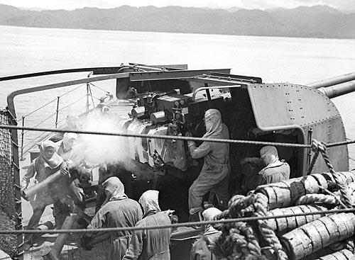 Шлюп «Swan» ведет огонь по японским позициям в районе Бут-Куак. Новая Гвинея, 26 февраля 1945 г.
