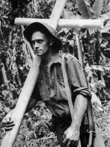 Солдат изготовил крест для могилы товарища. Бугенвиль. 27 февраля 1945 г.