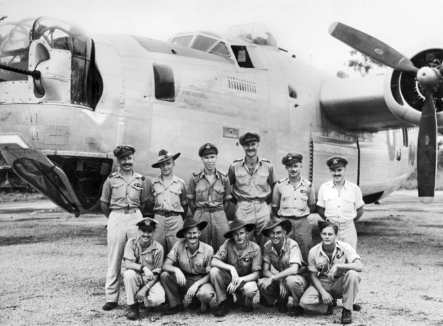 Экипаж бомбардировщика Б-24 Liberator на аэродроме Фентон. Март 1945 г.