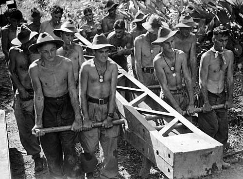 Австралийские саперы строят мост на Буин-роуд. Май 1945 г.