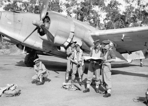 Экипаж бомбардировщика Lockheed Ventura. Аэродром Гоув. 25 июня 1945 г.