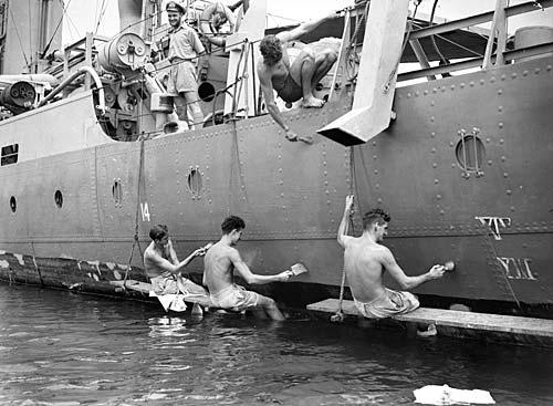 Покраска корвета «Cowra» перед выходом в море. Борнео. Июнь 1945 г.