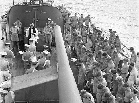 Капеллан проводит церковную службу на палубе крейсера «Hobart». Июнь 1945 г.