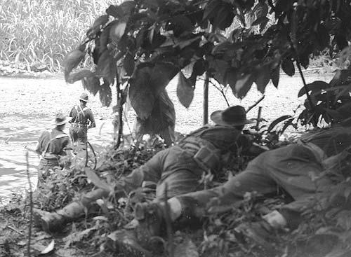 Коммандос переправляется через реку Яра вблизи Рабаулы. Июль 1945 г.