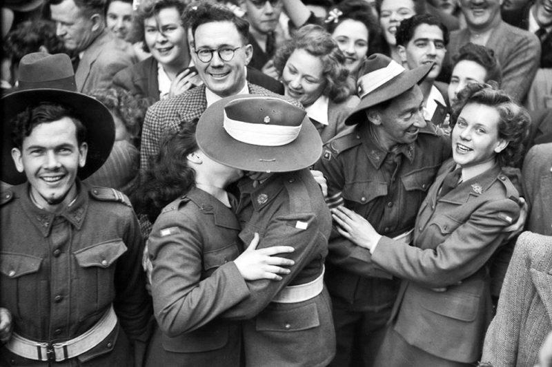 Австралийцы на площади Мартина в Сиднее во время празднования Победы на Тихом океане. 15 августа 1945 г.