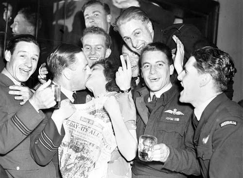 Пилоты 463-й и 467-й эскадрилий RAAF празднуют День Победы. 15 августа 1945 г.