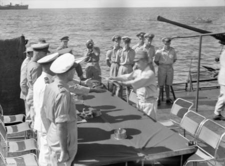 Капитуляция японских войск Науру на борту HMAS Diamantina. 13 сентября 1945 г.