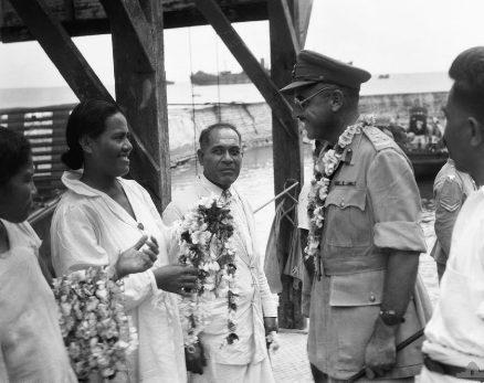 Почести местного населения австралийскому генералу. 13 сентября 1945 г.