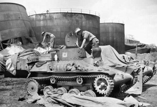Австралийские солдаты осматривают захваченные японские танкетки типа 97 на Науру. 16 сентября 1945 г.