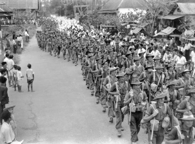 31-й батальон проходит через город Bandjermasin в Борнео. 17 сентября 1945 г.