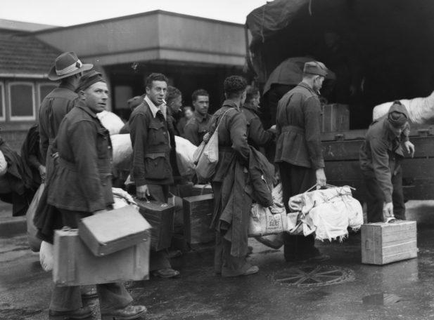 Итальянские военнопленные на пути в лагерь для интернированных в Мурбанке. 17 ноября 1945 г.